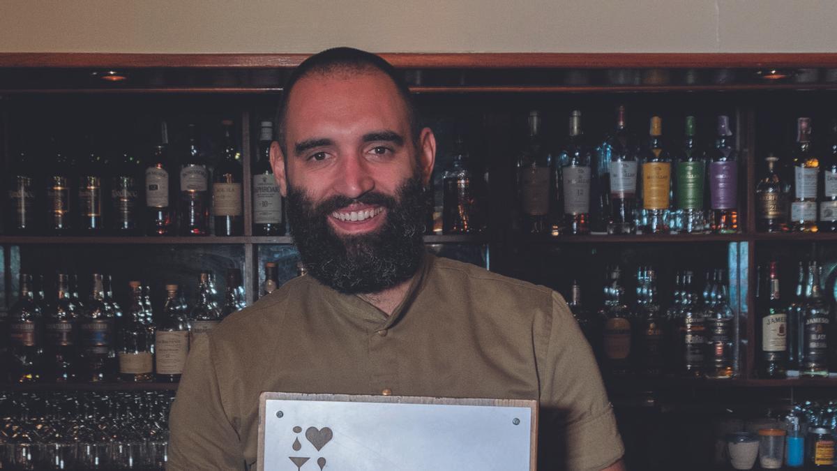 El barman Matías Iriarte  muestra en el Chapeau de  Palma el premio recibido.