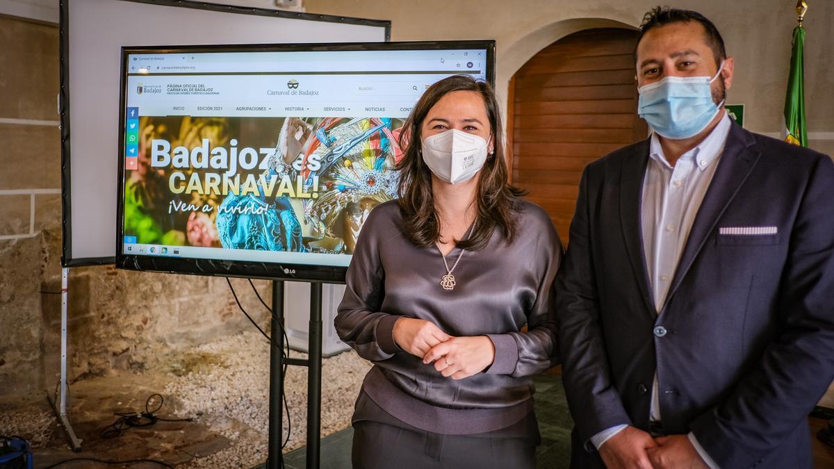 La concejala de Festejos, Laura Montero de Espinosa, y el gerente del área, Hernán García, ayer en la presentación de la web del Carnaval.