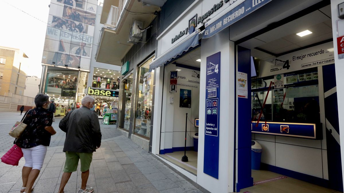 En Benidorm se formaban colas para vender décimos del Gordo al turismo nacional. Una céntrica administración, ayer por la tarde.