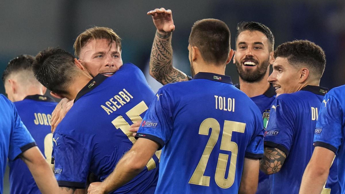 Los jugadores de Italia celebran uno de los goles ante Suiza.