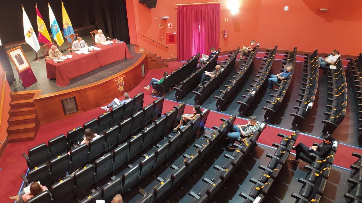 Pleno del Ayuntamiento de Guía celebrado en el teatro Hespérides