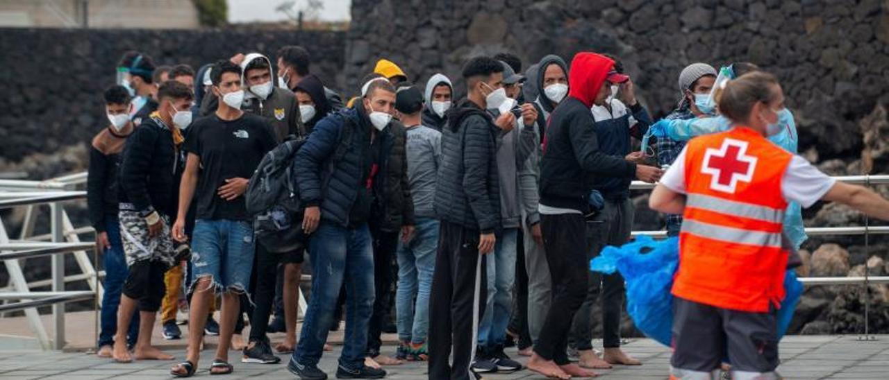 Llegada al puerto de Órzola, en el norte de Lanzarote, de los migrantes magrebíes que desembarcaron de una patera. | | JAVIER FUENTES FIGUEROA/EFE