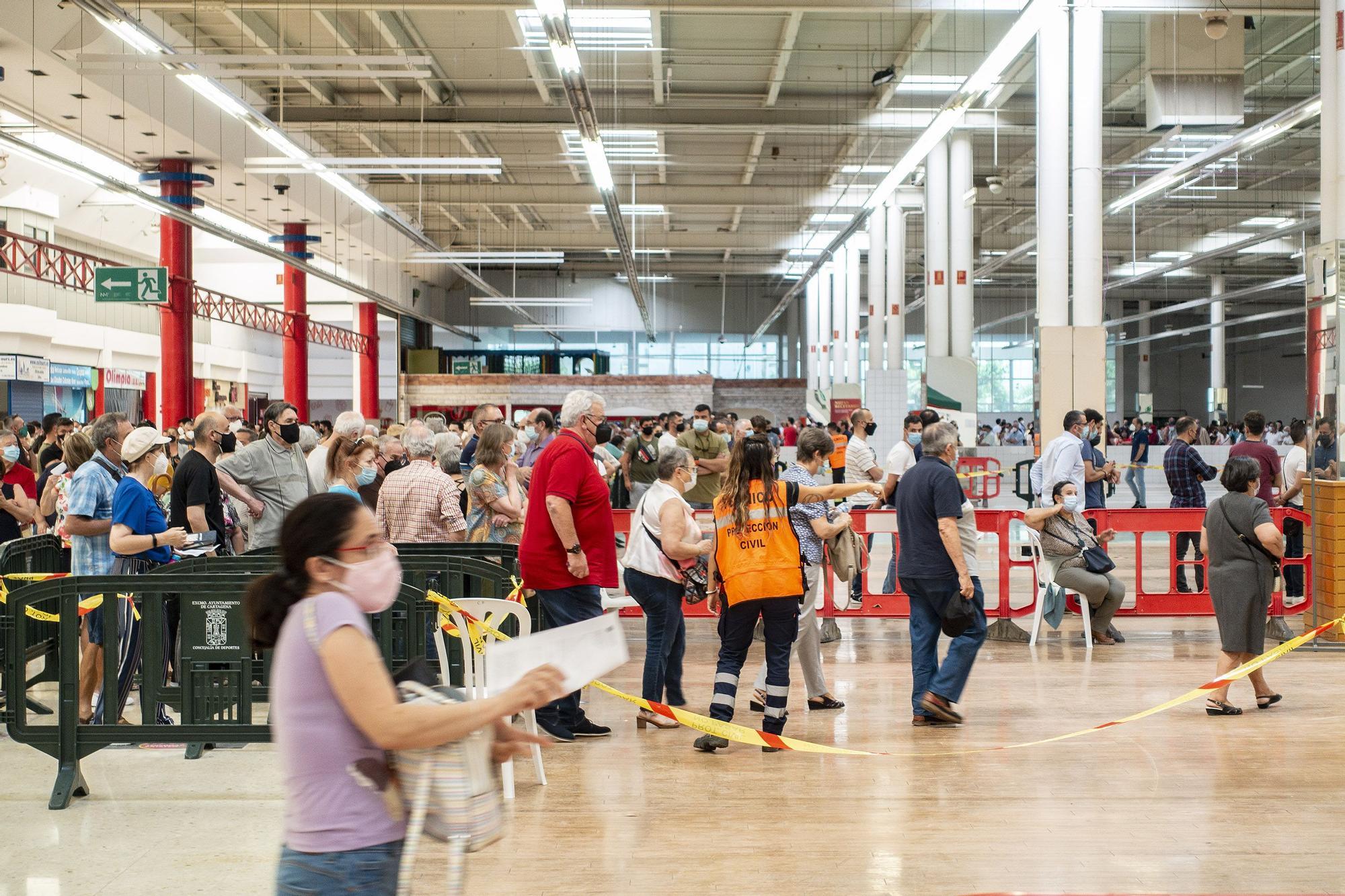 Segundo día de vacunaciones y retrasos en el Centro Comercial La Rambla