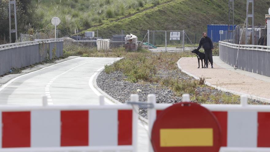 Vista actual del estado de un tramo de la Vía Verde junto al puente de San Lorenzo. // Alba Villar