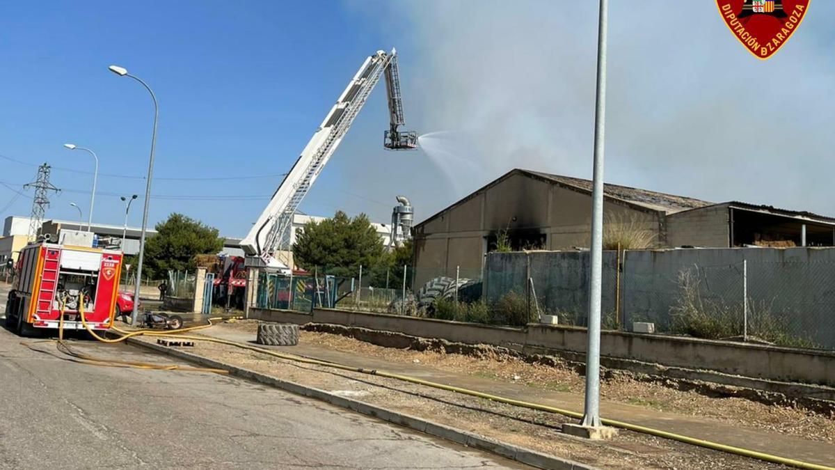 Los bomberos atacan las llamas desde una plataforma elevada.