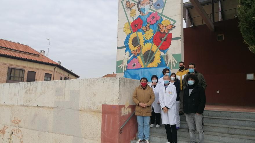 Toro rinde un homenaje a los sanitarios con un mural de Carlos Adeva