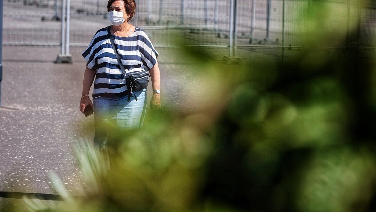 Una señora pasea por el centro de Santa Cruz de Tenerife.