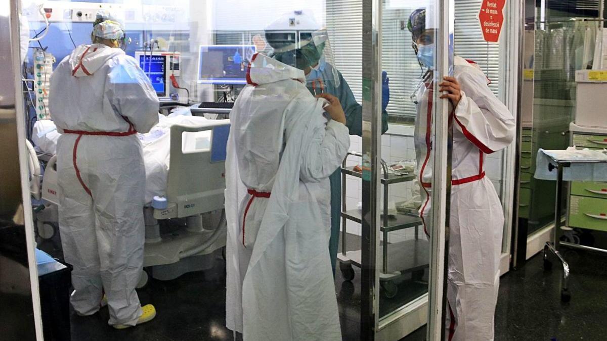 Professionals sanitàries atenent un pacient a l'UCI de l'Hospital del Mar, al gener.