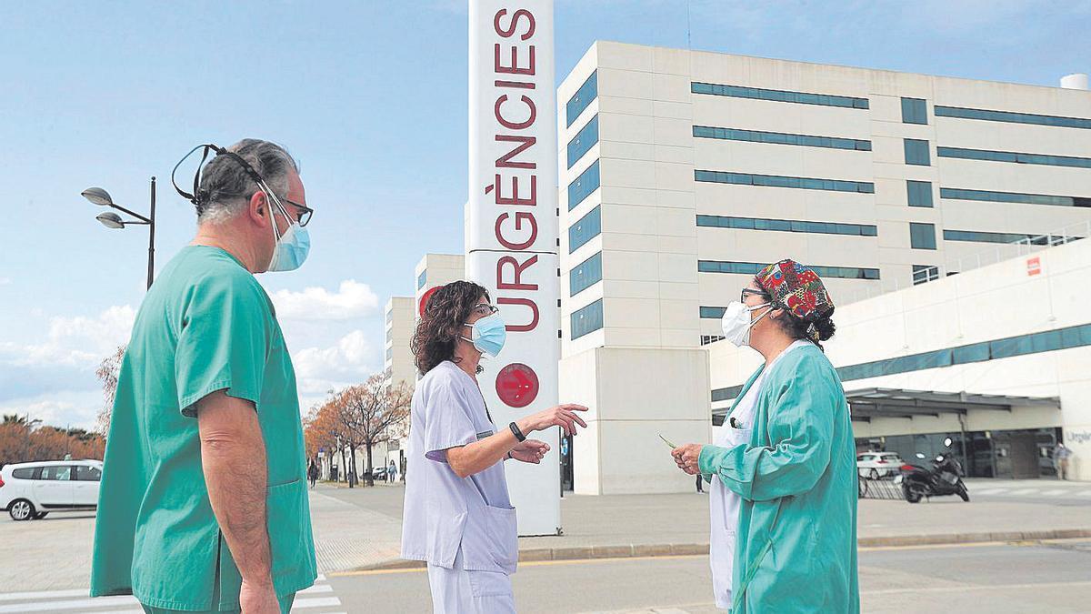 Tres sanitarios conversan en las puertas de Urgencias de La Fe en una imagen de archivo.