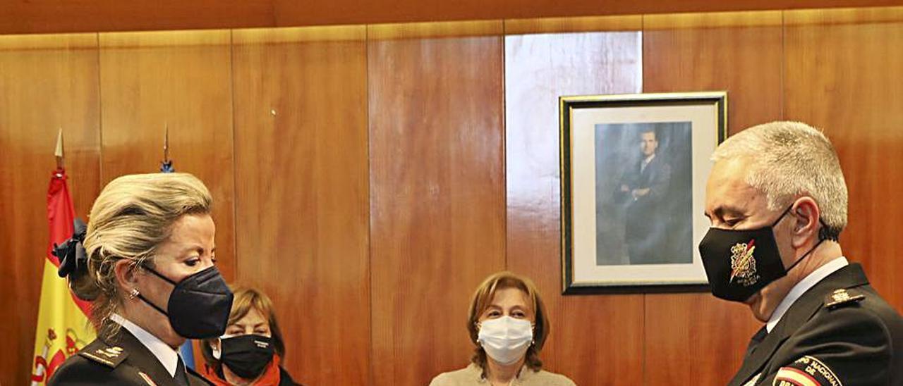 Luisa María Benvenuty entrega el bastón de mando policial a Alejandro Valverde con Monteserín y Losa como testigos. | R. Solís