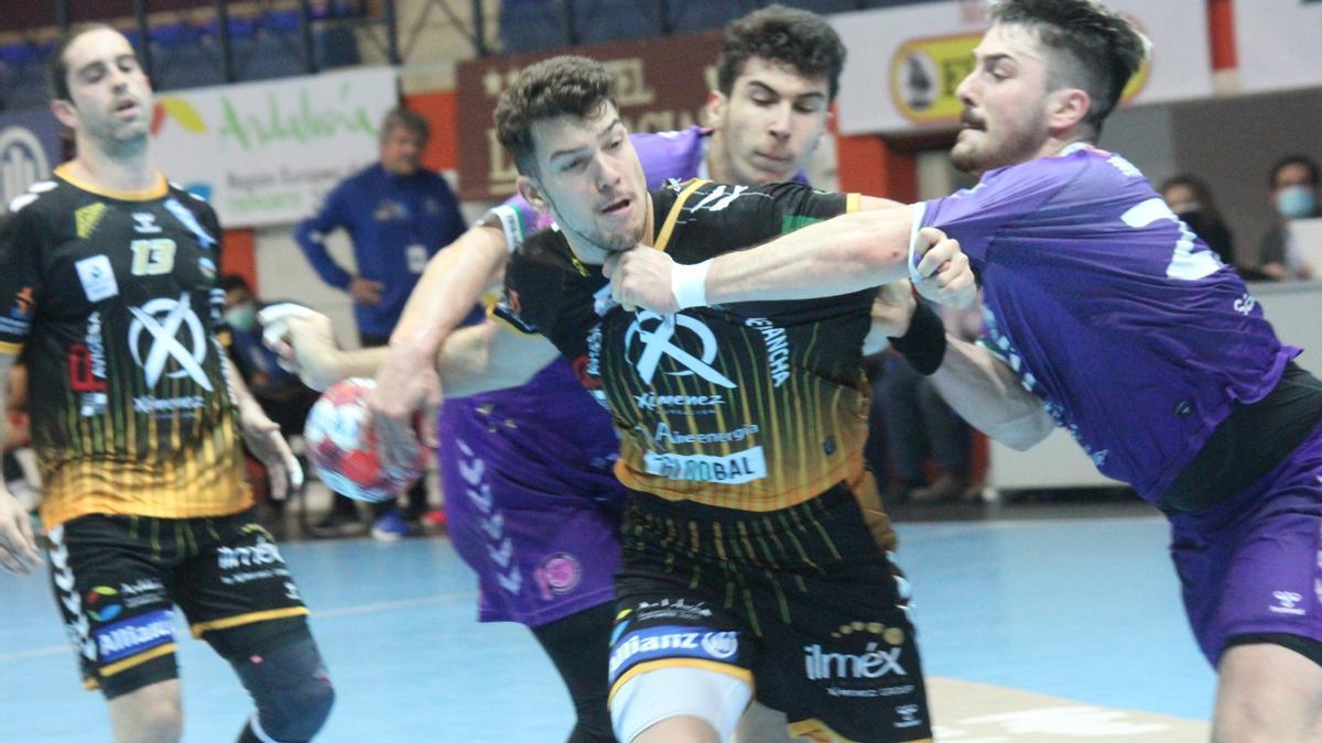 David Estepa protege el balón ante el acoso de la defensa del Guadalajara.