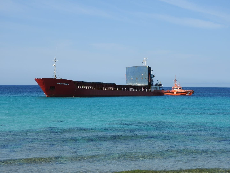 Un buque mercante encalla en una playa de Formentera