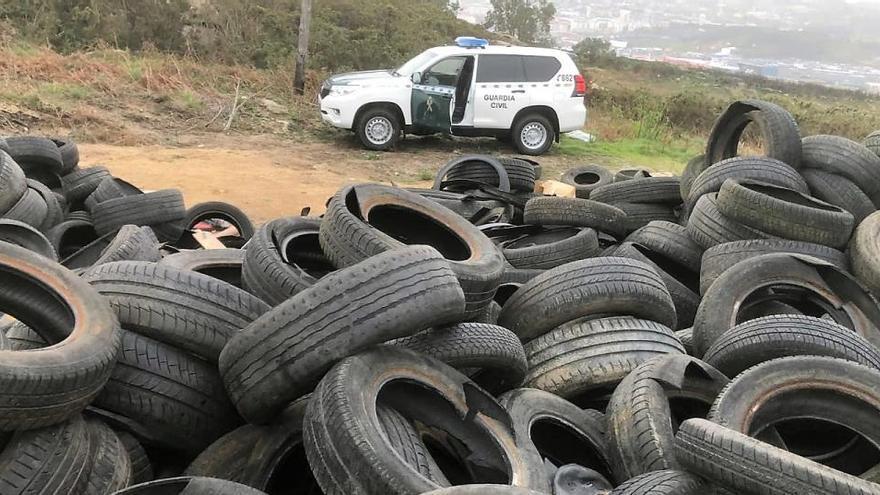 Tres denunciados por verter centenares de neumáticos en Penamoa