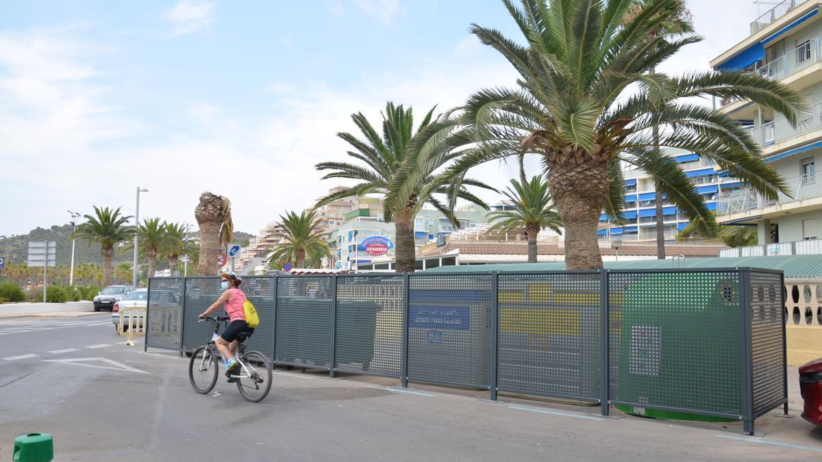 El consistorio apuesta por cubrir los contenedores para disimular su presencia en primera línea del litoral.
