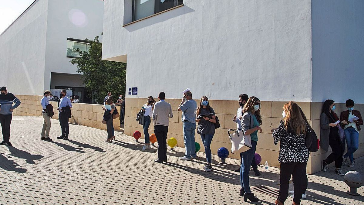 Colas para el voto anticipado presencial en el Registro General  de la UA. | ALEX DOMÍNGUEZ