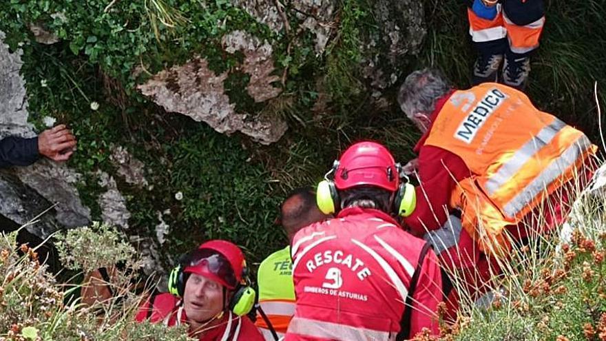 Herido grave un hombre tras caer por una grieta en la Campa Gües, en el concejo de Laviana