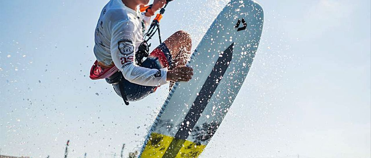 Un rider disputa una prueba de kite. | SAMUEL CÁRDENAS