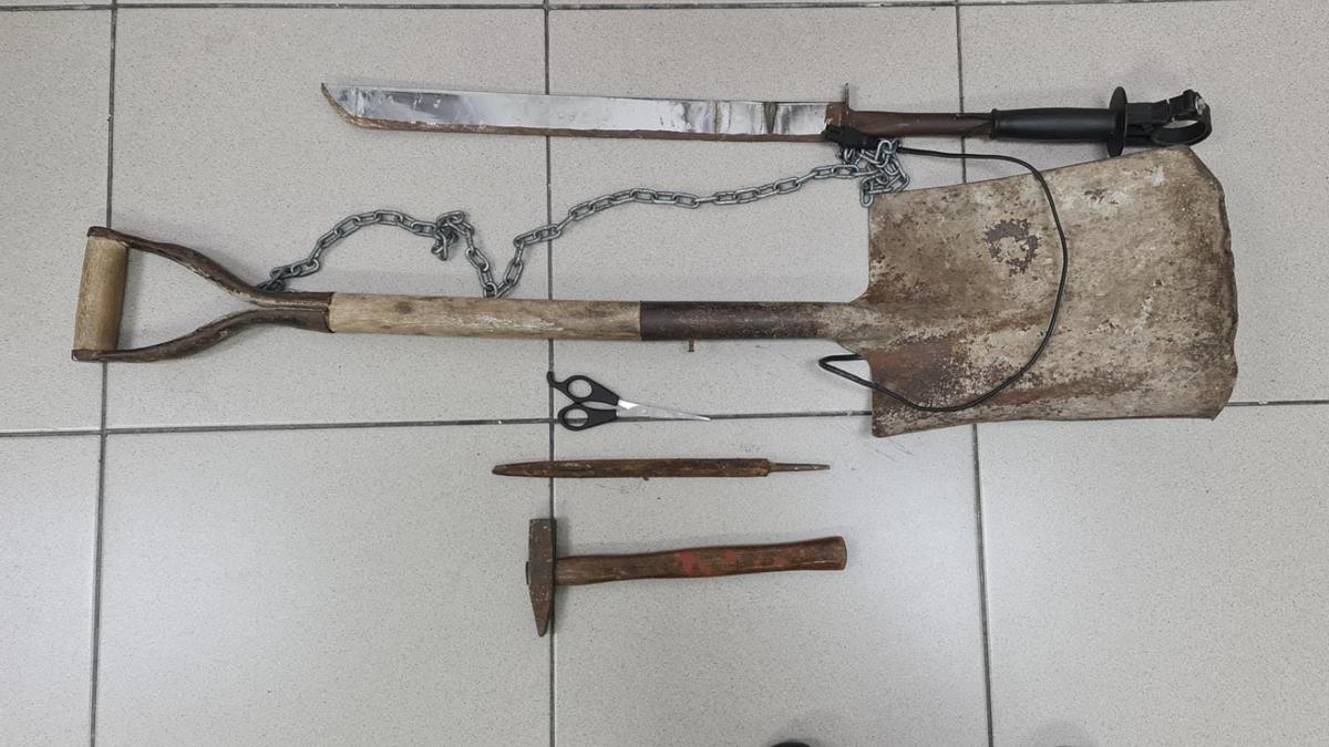 Material intervenido a los dos detenidos.