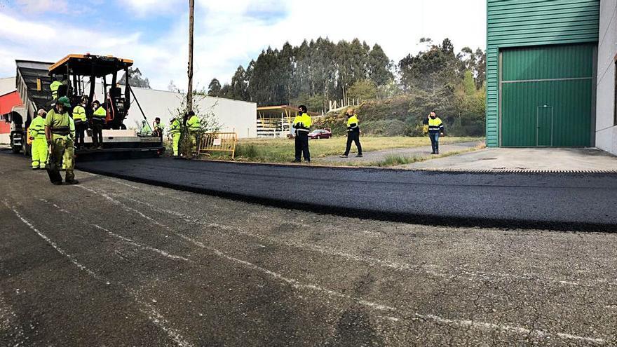 Nuevo asfaltado en el polígono de A Freixeira, en Cachafeiro