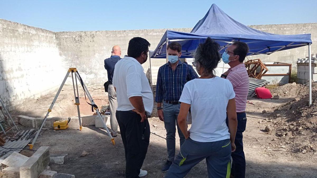 El alcalde de Cabra, Fernando Priego, durante su visita a las fosas que se están exhumando.