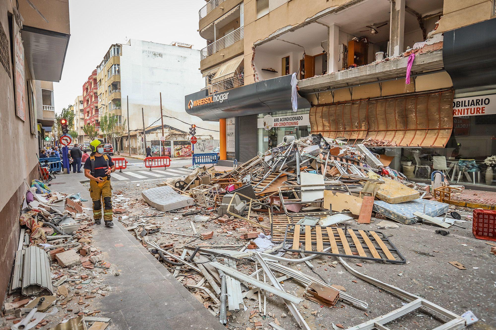 Una gran explosión destroza un edificio de Torrevieja