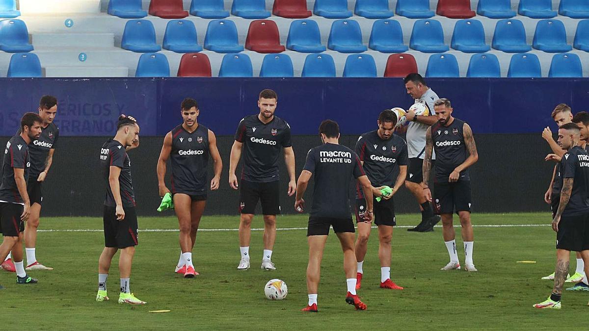 El Levante UD se entrenó con la vista puesta contra el Rayo. | J.M. LÓPEZ