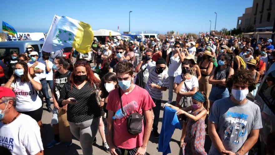 Un millar de manifestantes animan a los activistas de las grúas