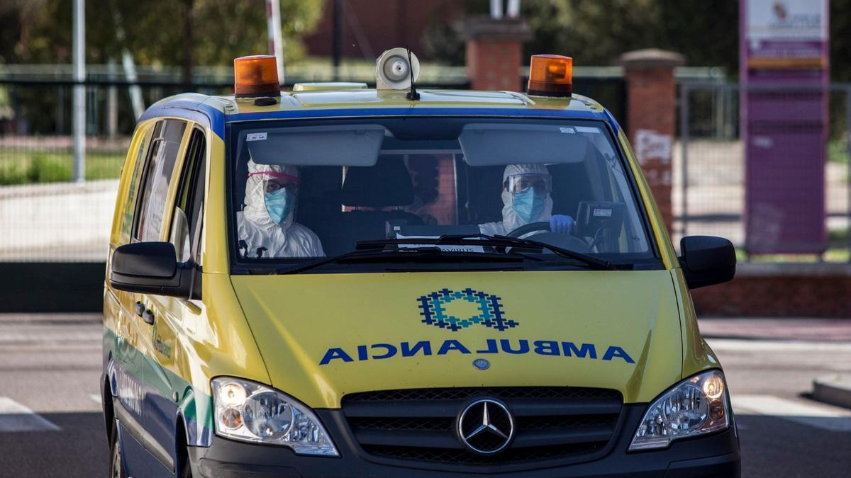 Una ambulancia protegida contra el coronavirus en Zamora.