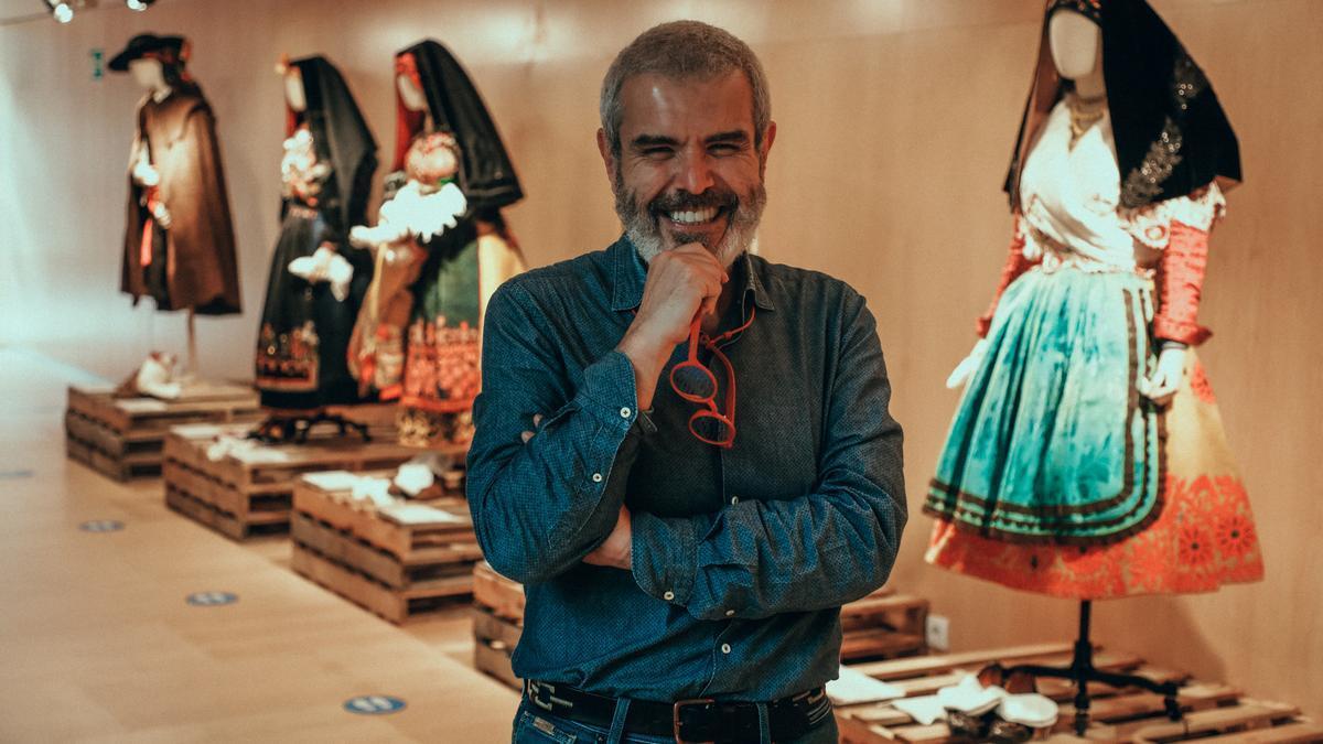 Lorenzo Caprile en la exposición de la trajes tradicionales.