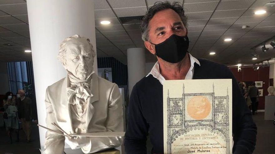 """José Molares con la escultura """"Goya"""" premiada."""