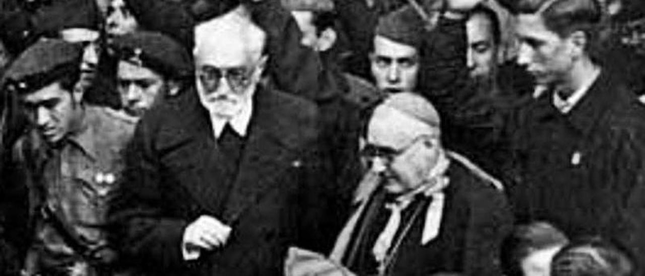 Unamuno sale del Paraninfo el 12 de octubre de 1936.