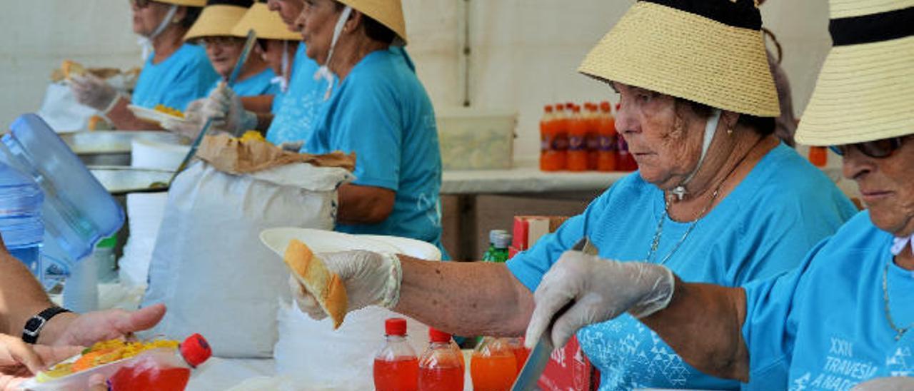 Las encargadas de servir las paellas, ayer, en La Graciosa.