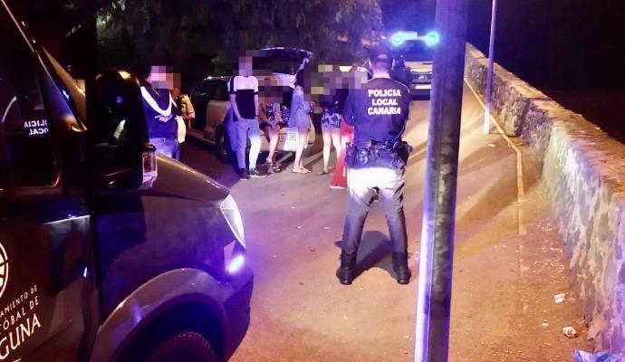 La Policía Local desaloja un botellón ilegal en el parque de El Rocío