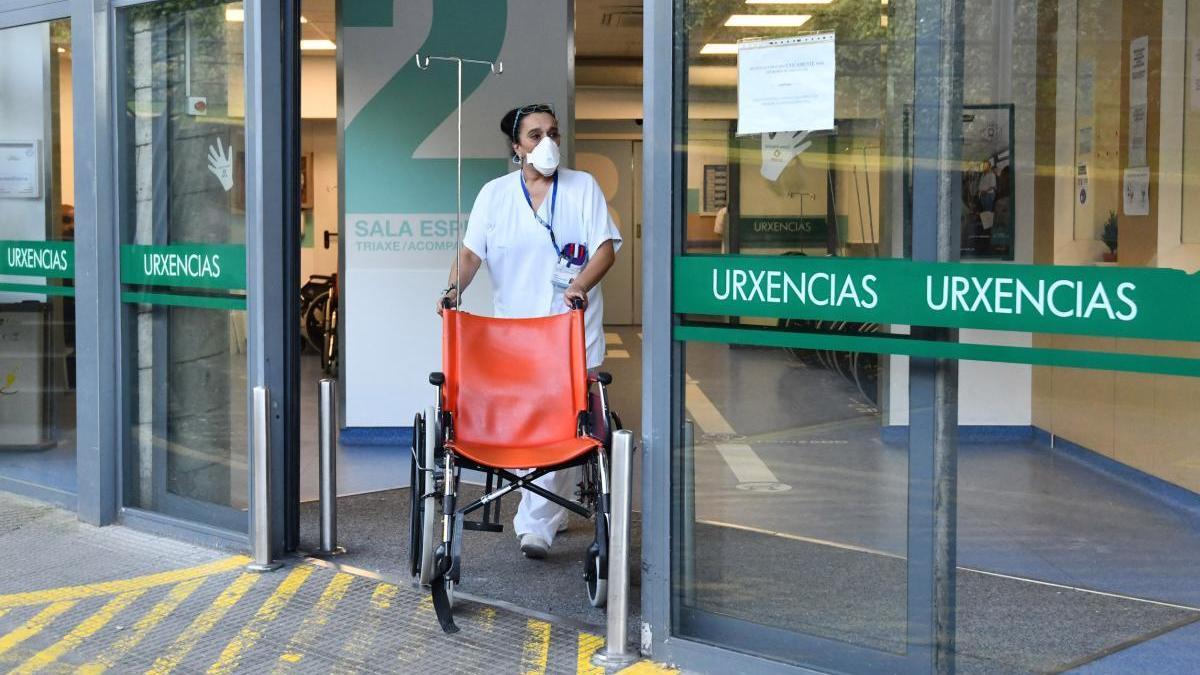 Una enfermera aguarda por un paciente en la puerta de Urgencias de Montecelo. // G. Santos