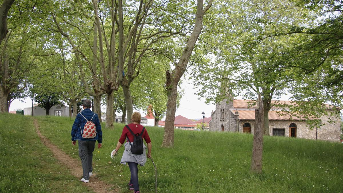 Senda por el campo de la iglesia, en Castiello Bernueces.