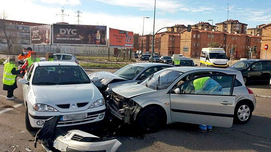 Tres turismos chocan en un cruce en Valladolid