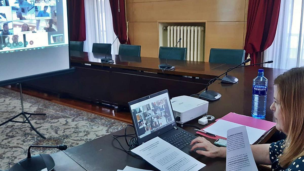 La Alcaldesa, Carmen Arbesú, durante una reunión telemática de la Mesa de diálogo social celebrada el pasado año.