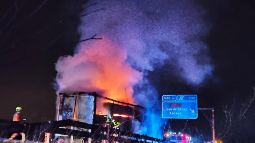 Incendio de un camión en la A-7 frente a Rotglà i Corberà