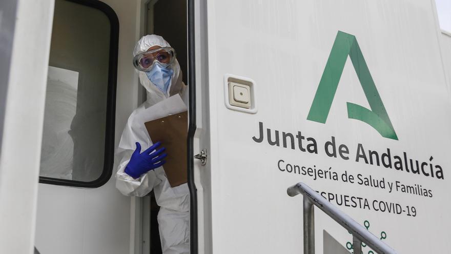 Andalucía baja su tasa covid a 63 casos y suma 392 contagios