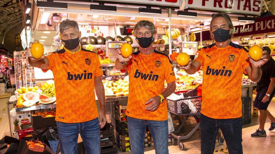 El Valencia CF rinde homenaje al comercio valenciano en el Mercado Central
