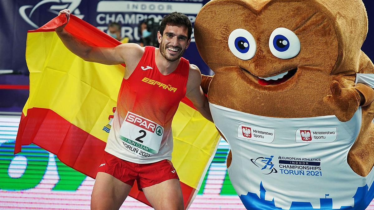 Jorge Ureña celebra la medalla de plata junto a la mascota del Europeo de atletismo. | E.P.