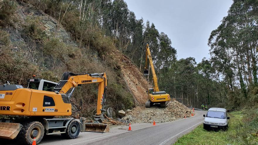 Retiran con palas excavadoras el argayo que afecta a una de las vías principales de Cudillero