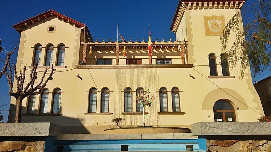 Palau-saverdera es vesteix de gala per celebrar els cent anys de l'edifici de l'ajuntament