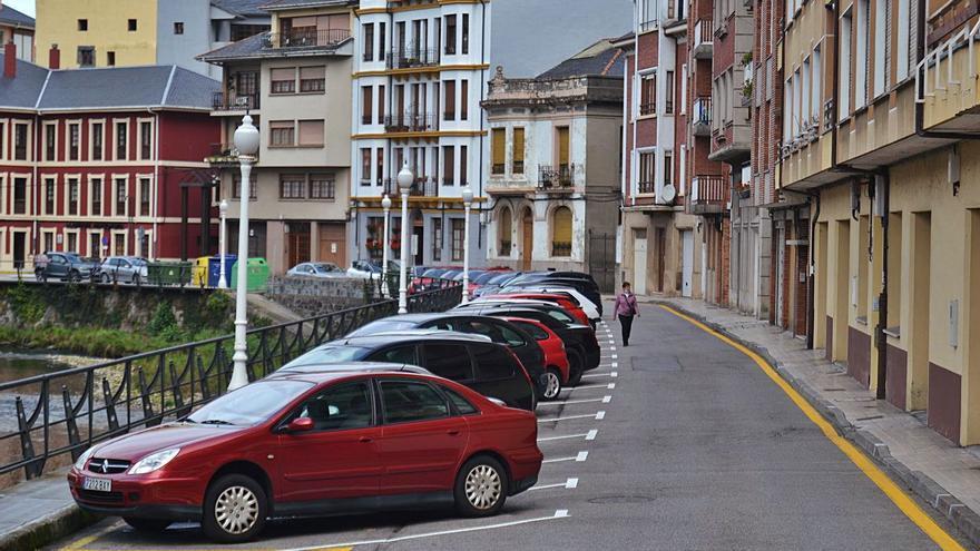"""Luarca tendrá zonas naranjas y verdes de estacionamiento para evitar los """"coches lapa"""""""