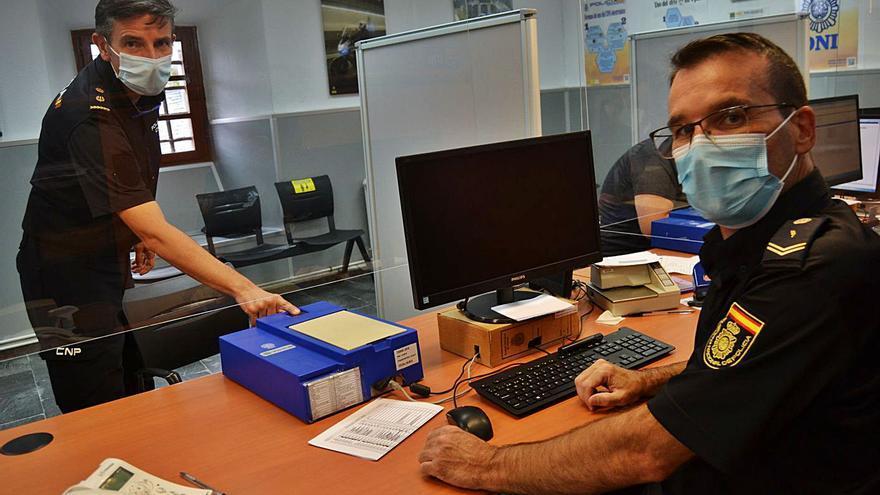 """La oficina del DNI de Luarca, un servicio """"vital"""" que crece pese a la despoblación"""