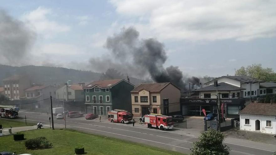 Un incendio en una panadería junto a la carretera general en Colloto obliga a desviar el tráfico