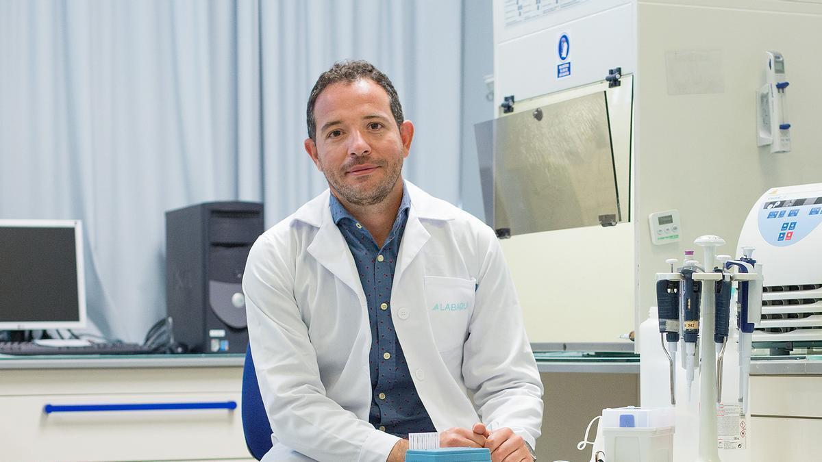 Pedro Navalón, en uno de los laboratorios de Biovalia en Alicante.