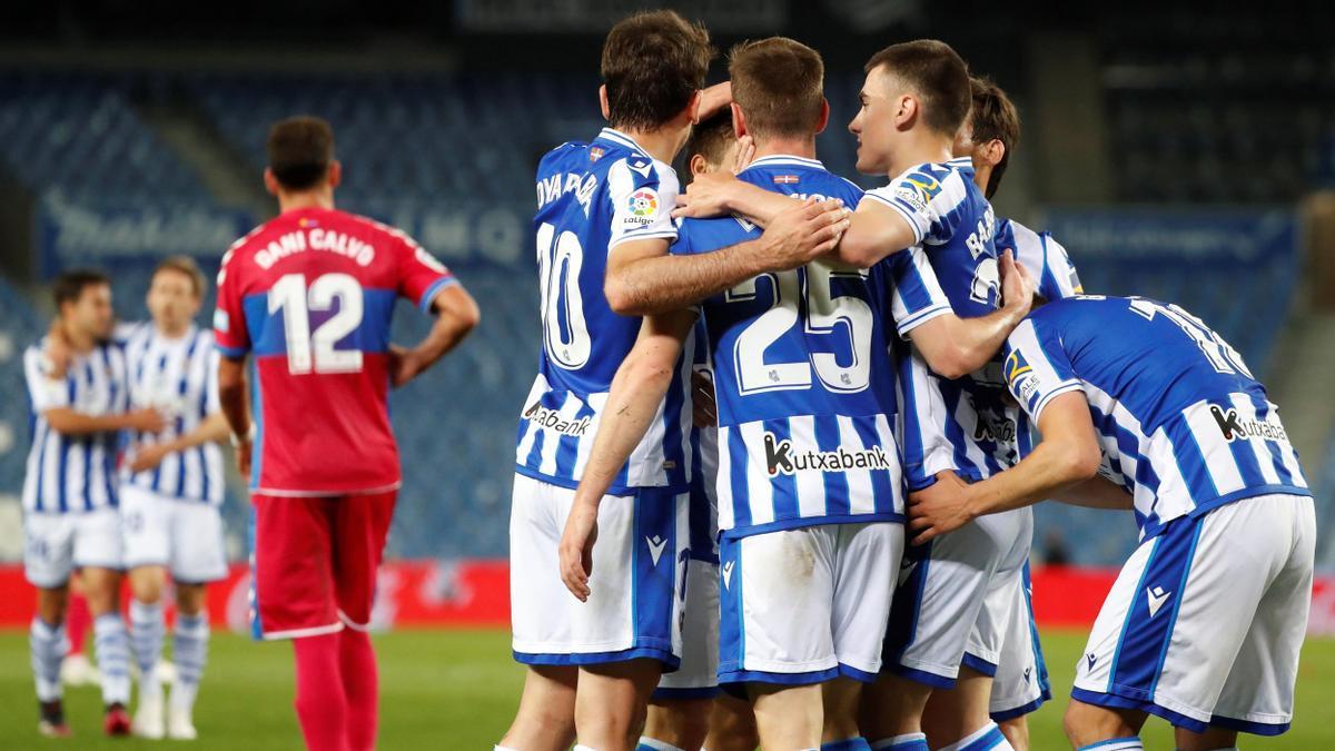 Los jugadores de la Real Sociedad celebran el gol de Mikel Oyarzabal.