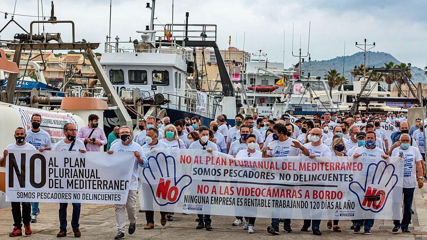 La flota de arrastre se rebela contra la UE y el recorte de los días de pesca