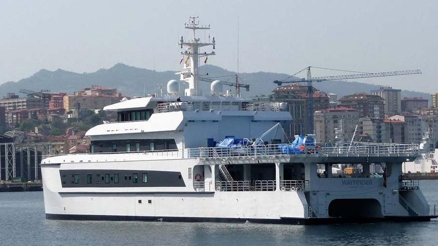 Llega a Vigo un lujoso catamarán auxiliar de un falso superyate de Bill Gates